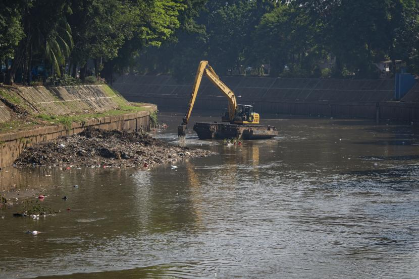 Pemerintah Provinsi DKI Jakarta mengalokasikan anggaran sebesar Rp1 triliun untuk pembebasan lahan dalam rangka normalisasi sungai dan waduk guna mencegah banjir di Ibu Kota. (Foto: Pengerukan lumpur)