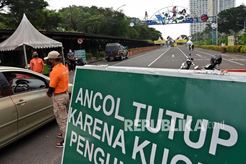 Petugas menghentikan kendaraan pengunjung yang akan berwisata di Taman Impian Jaya Ancol, Jakarta, Rabu (23/6/2021). Manajemen PT Pembangunan Jaya Ancol Tbk menutup sementara waktu operasional unit usaha rekreasi Taman Impian Jaya Ancol mulai 24 Juni 2021 seiring keputusan Gubernur DKI Jakarta memperpanjang Pemberlakuan Pembatasan Kegiatan Masyarakat (PPKM) berbasis Mikro untuk menekan penyebaran Covid-19 yang saat ini sedang meningkat.