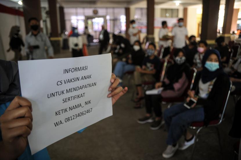 Petugas menginformasikan terkait sertifikat vaksin kepada sejumlah anak yang telah menjalani vaksinasi saat vaksinasi massal bagi anak di Gedung PKK Kota Bandung, Jawa Barat, Rabu (28/7/2021). Pemerintah Kota Bandung menyediakan 1.000 dosis vaksin COVID-19 bagi anak berusia 12-17 tahun dalam rangka peringatan hari anak nasional serta percepatan program vaksinasi nasional