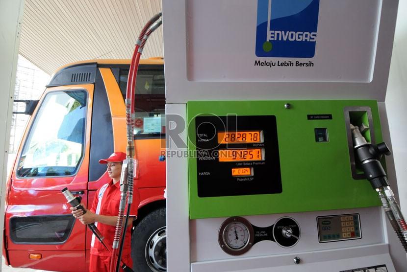 Petugas mengisi bahan bakar gas (BBG) pada bus Trans Jakarta di Stasiun Pengisian BBG (SPBBG) di Mampang Prapatan, Jakarta, Kamis (16/5).  (Republika/Aditya Pradana Putra)