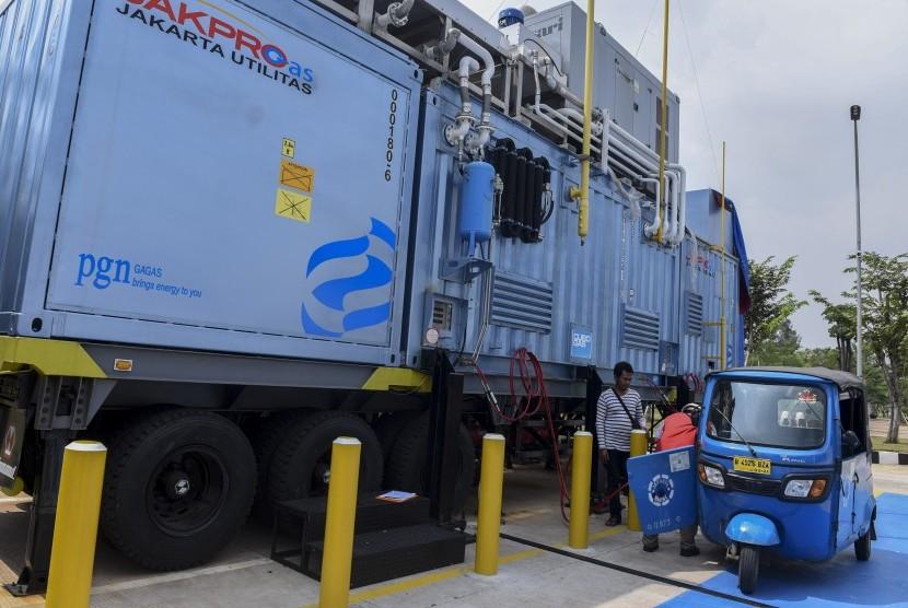 Petugas mengisi bahan bakar gas pada bajaj di mobile Stasiun Pengisian Bahan bakar Gas (SPBG) di kawasan Pluit, Jakarta, Jumat (26/8).