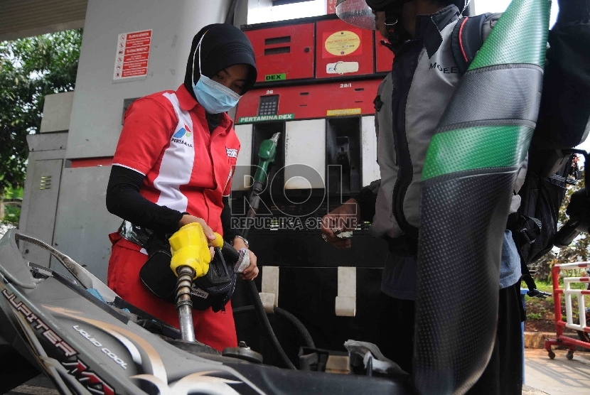 Petugas mengisi bahan bakar jenis premium di salah satu SPBU.