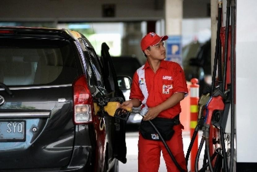 Petugas mengisi bahan bakar minyak premium di SPBU di Jakarta, Ahad(1/3).