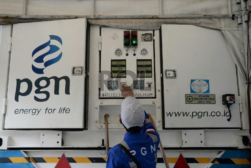 Petugas mengisi BBG ke angkutan umum bajaj melalui Mobile Refueling Unit (MRU) milik Perusahaan Gas Negara (PGN) di kawasan Monas, Jakarta.