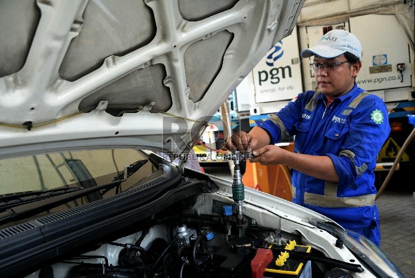 Petugas mengisi BBG ke kendaraan?melalui Mobile Refueling Unit (MRU) milik Perusahaan Gas Negara (PGN) di kawasan Monas, Jakarta?, Senin (25/5).