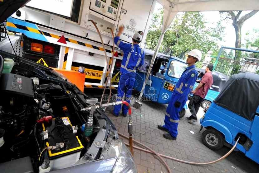 Petugas mengisi BBG kendaraan di MRU SPBG Monas, Jakarta, Jumat (20/6). ( Republika/ Wihdan)