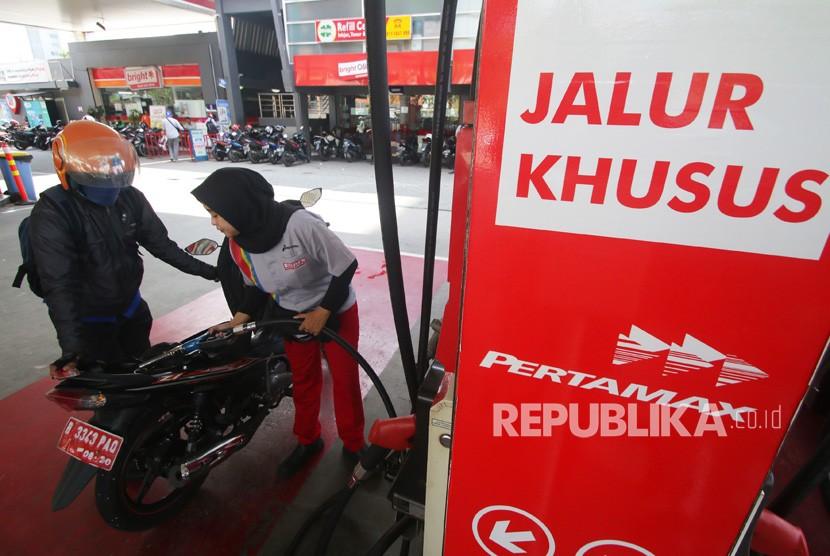Petugas mengisi BBM jenis Pertamax ke kendaraan konsumen di SPBU Abdul Muis, Jakarta, Senin (2/7).