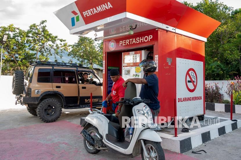 Petugas mengisi BBM jenis pertamax ke sepeda motor di sebuah Pertashop. Ilustrasi.