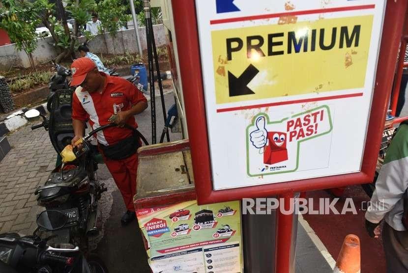 Petugas mengisi premium ke dalam sepeda motor di salah satu SPBU di Jakarta, Rabu (10/10).