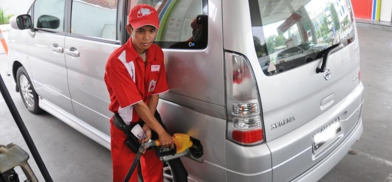 Petugas mengisikan bahan bakar minyak (BBM) jenis premium  (Republika/Aditya Pradana Putra)
