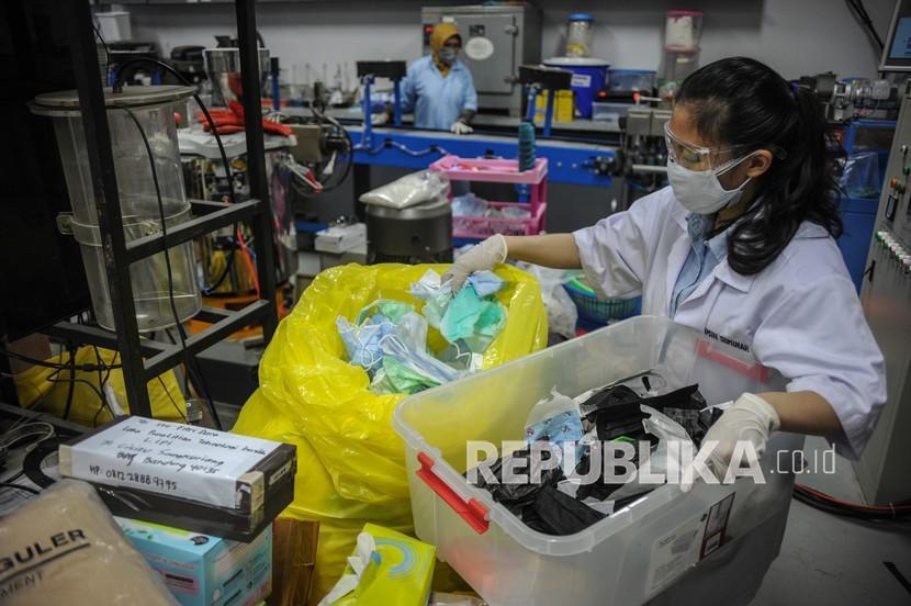 Sampah plastik, seperti sarung tangan, masker, hingga APD meningkat selama pandemi.