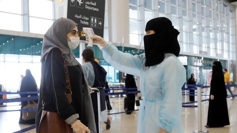 Saudi Berlakukan Prosedur Baru Bagi Ekspatriat yang Tiba. Petugas mengukur suhu penumpang di Bandara Internasional Riyadh, Arab Saudi.