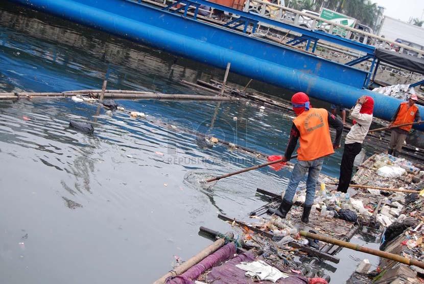 Petugas menjaring sampah di Kali Sunter Jakarta Utara, Jumat (14/3).   (foto :Raisan Al Farisi)