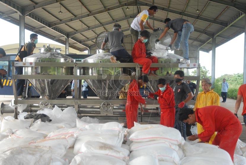 Petugas menuangkan garam semai yang digunakan untuk operasi Teknologi Modifikasi Cuaca (TMC) atau hujan buatan di Lanud Halim Perdana Kusuma, Jakarta, Selasa (14/1).(Republika/Rakhmawaty La'lang)