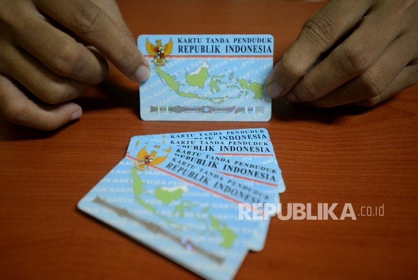 Petugas menunjukan Kartu Tanda Penduduk Elektronik.