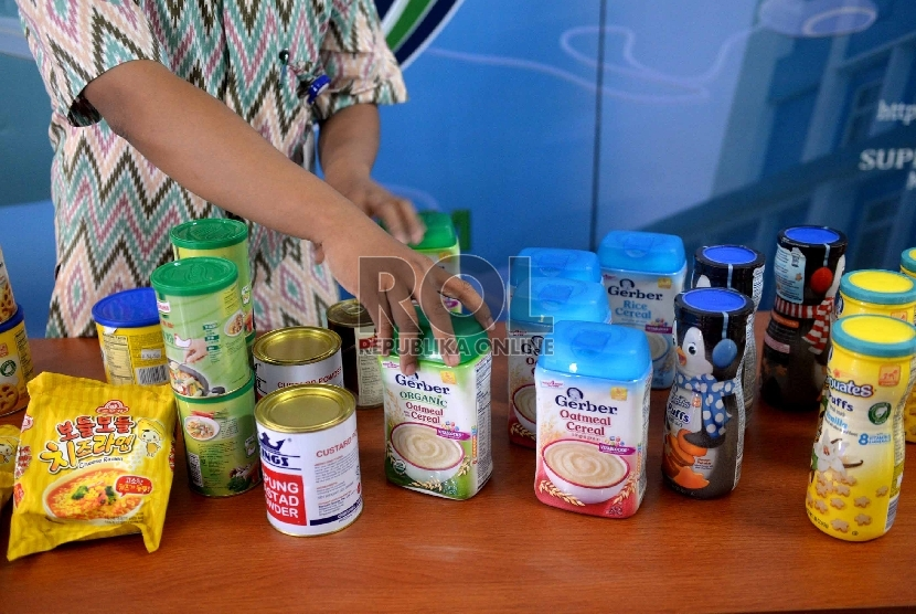 Petugas menunjukan produk pangan sitaan di Kantor BPOM, Jakarta, Selasa (22/12).
