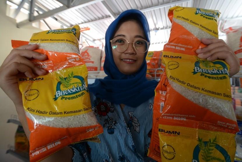 Petugas menunjukkan beras dalam kemasan sachet di Rumah Pangan Kita milik Bulog Sulawesi Tengah di Palu, Rabu (18/7).