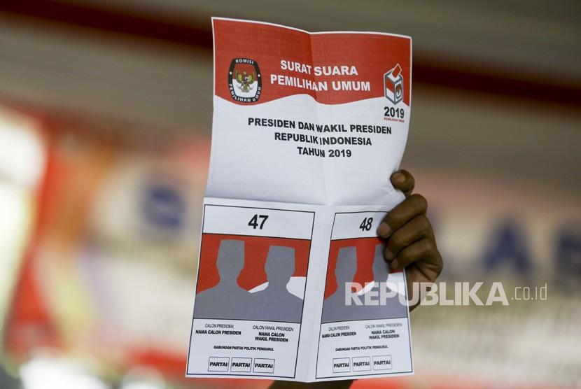 Petugas menunjukkan contoh surat suara saat simulasi Pemilu serentak 2019 di Jakarta, Rabu (10/4/2019).