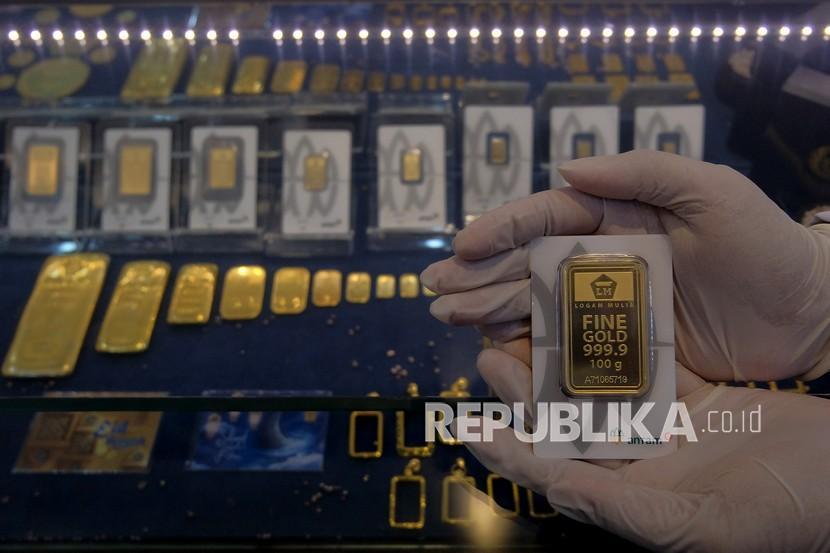 Petugas menunjukkan emas Antam di Butik Emas Logam Mulia Antam Denpasar Bali, Kamis (9/9). PT Aneka Tambang Tbk (Antam) mencatatkan kinerja positif sepanjang semester pertama tahun 2021.