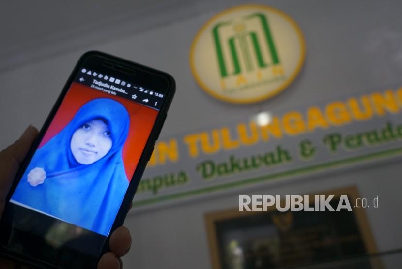 Petugas menunjukkan foto Irma Novianingsih, mahasiswi IAIN Tulungagung yang dideportasi dari Suriah karena diduga terlibat jaringan ISIS, di kampus IAIN Tulungagung, Jawa Timur, Senin (28/5).