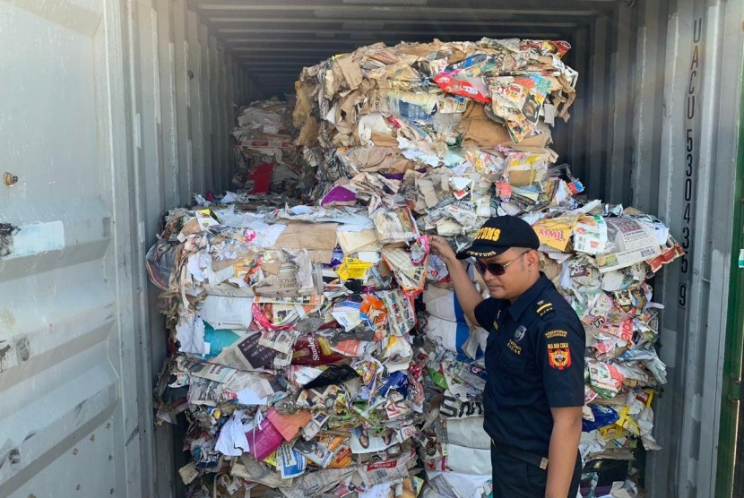 Officers showed containers containing Australian imported paper waste mixed with household waste. Eight containers of garbage from Australia will be repatriated by the Tanjung Perak Customs Office.