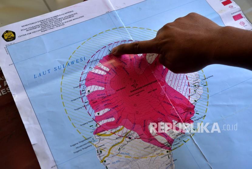 Petugas menunjukkan peta arah guguran vulkanik Gunung Karangetang di Pos Pemantau Gunung Api (PGA) di Desa Salili, Kabupaten Kepulauan Sitaro, Sulawesi Utara, Kamis (7/2/2019).