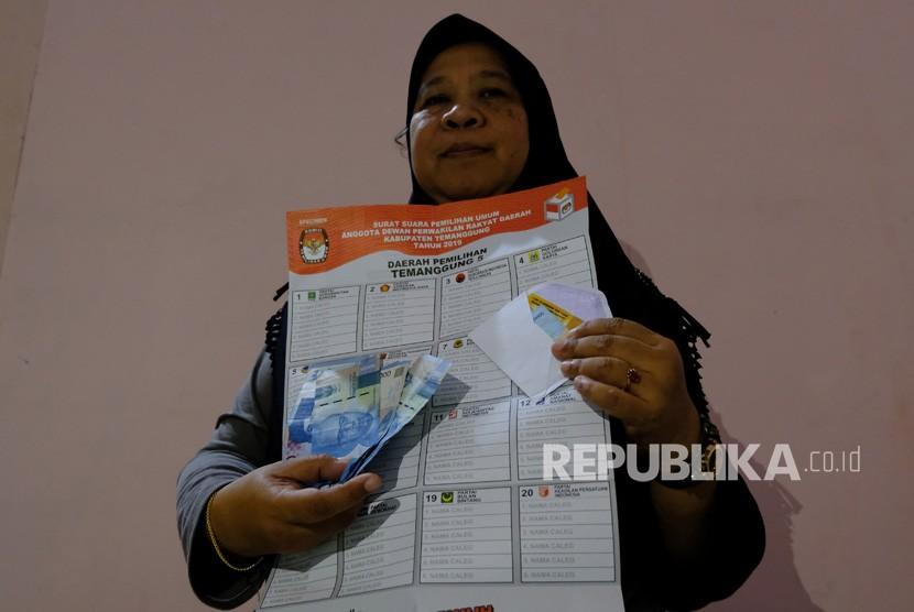 Petugas menunjukkan sejumlah barang bukti dugaan politik uang pada Pemilu 2019 di kantor Bawaslu Temanggung, Jawa Tengah, Selasa (16/4/2019).