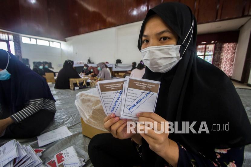 Petugas menunjukkan surat suara pemilihan ulang Gubernur dan Wakil Gubernur Kalimantan Selatan. (Ilustrasi)