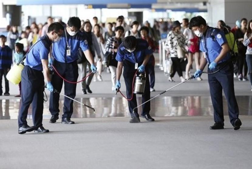 Petugas menyemprotkan cairan disinfektan di lobi Bandara Internasional Incheon, Korea Selatan untuk mencegah penyebaran viruis MERS, Rabu (3/6).