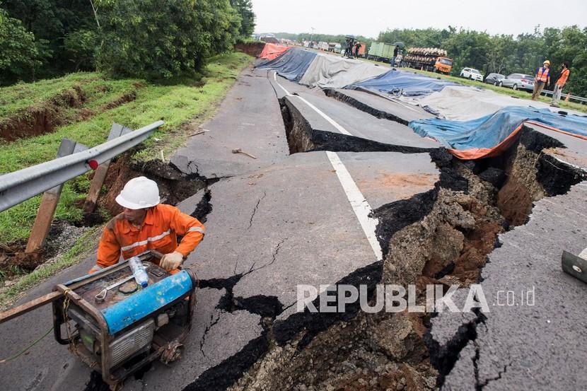 Petugas menyiapkan alat saat memeriksa kondisi jalan tol yang ambles di ruas tol Cikopo-Palimanan (Cipali) KM 122, Kabupaten Indramayu, Jawa Barat, Rabu (9/2/2021). Jalan tol Cipali KM 122 amblas pada hari Selasa (9/2) pukul 03.00 dinihari dan mengakibatkan penutupan jalan serta pemberlakuan lawan arah mulai dari KM 117 sampai KM 126.