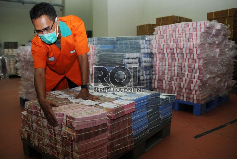 Petugas menyiapkan pasokan uang tunai untuk kebutuhan anjungan tunai mandiri di salah satu kantor bank. ilustrasi