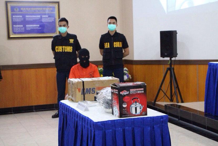 Petugas menyita pengiriman kosmetik yang berisi narkotika.
