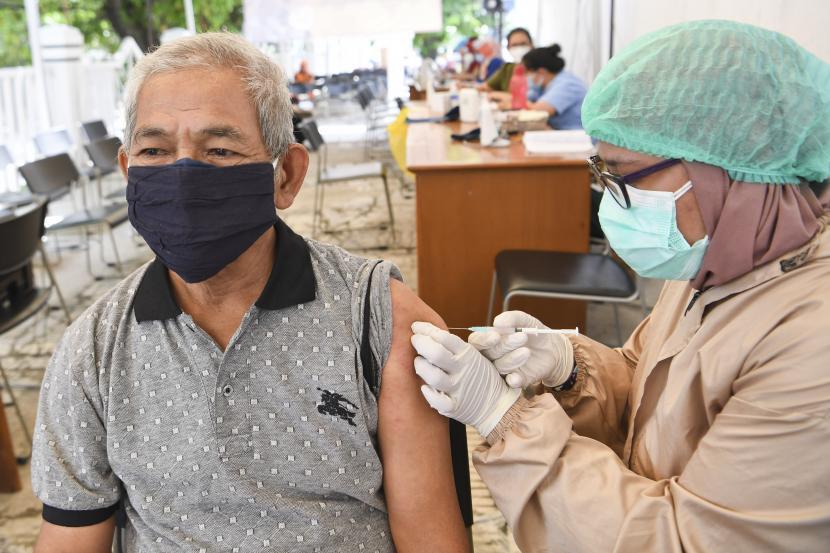 Petugas menyuntikan vaksin Covid-19 kepada seorang lansia. (ilustrasi)