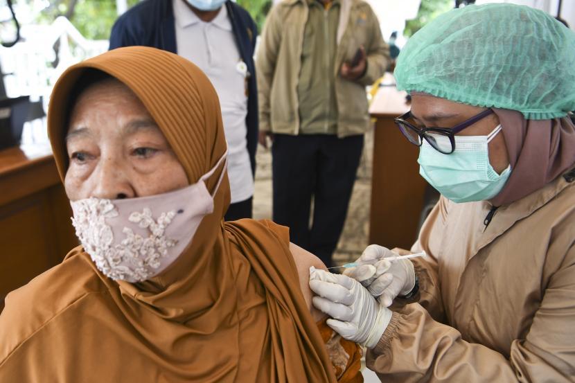 Petugas menyuntikan vaksin COVID-19 kepada seorang lansia pada hari pertama bulan Ramadhan 1442 H di Rumah Sakit Dr Suyoto, Jakarta, Selasa (13/4/2021). Kementerian Kesehatan tetap melangsungkan vaksinasi COVID-19 saat umat Islam menjalankan ibadah puasa di bulan Ramadhan yang didasari fatwa Majelis Ulama Indonesia (MUI) nomor 13 tahun 2021 tentang vaksinasi COVID-19 tidak membatalkan puasa.