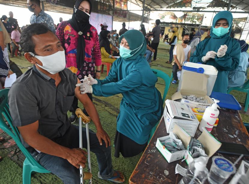 Petugas menyuntikkan vaksin COVID-19 kepada pedagang pasar di Pasar Induk Rau, Serang, Banten, Kamis (21/10/2021). Vaksinasi digelar untuk mempercepat pencapaian kekebalan komunal (Herd Immunity) sekaligus persiapan dibukanya kembali Pasar Induk Rau dan fasilitas umum lainnya.