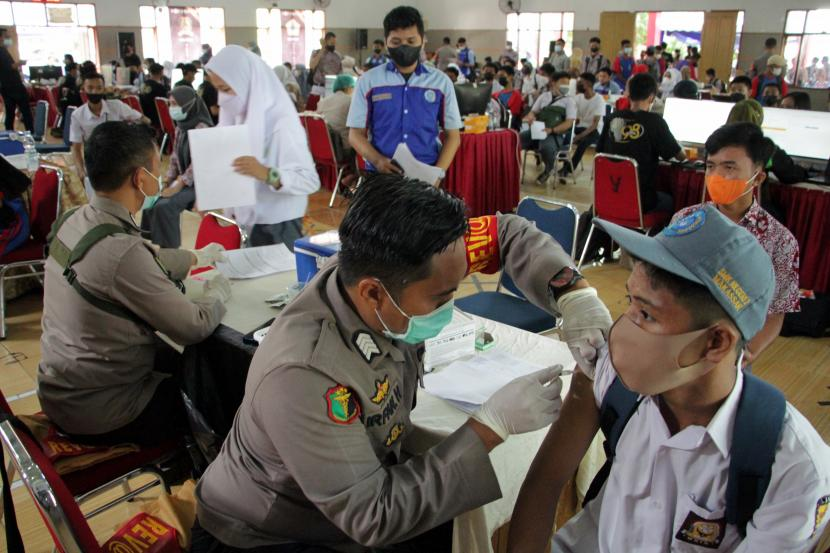 Petugas menyuntikkan vaksin kepada pelajar yang mengikuti Gelora Vaksinasi Pelajar di SMKN 2 Makassar di Makassar, Sulawesi Selatan, Rabu (8/9). Kegiatan vaksinasi Covid-19 yang digelar oleh Akpol 98 Polda Sulsel tersebut untuk mendukung pemerintah setempat dalam membentuk kekebalan komunal pada pelajar sebelum dimulainya pembelajaran tatap muka di daerah itu.