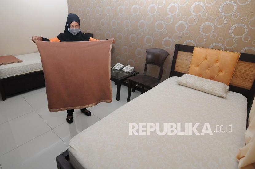 Petugas merapikan kamar karantina untuk pasien Covid-19 tanpa gejala.