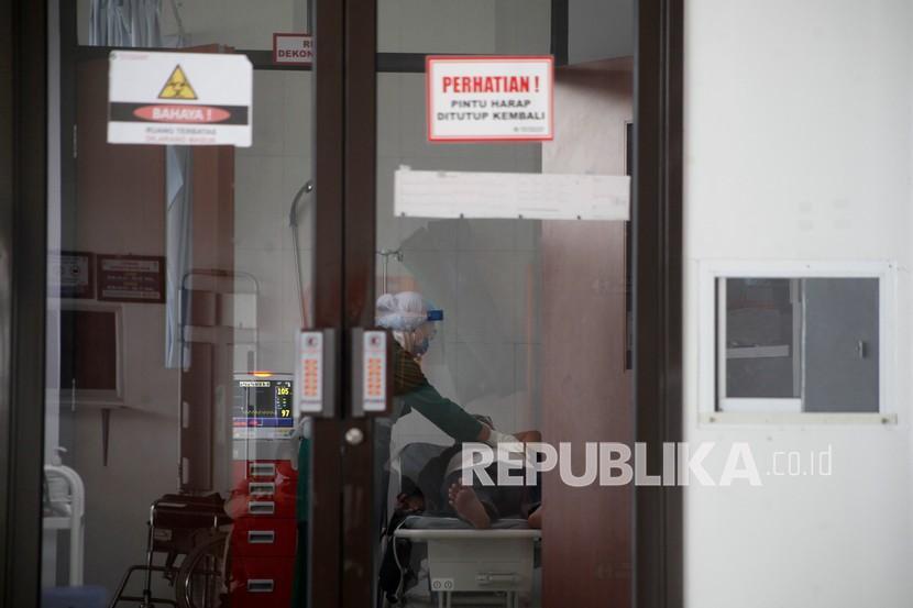 Petugas merawat pasien COVID-19 di Rumah Sakit Umum Daerah (RSUD) Bung Karno, Solo, Jawa Tengah, Selasa (15/6/2021). Berdasarkan data dari Dinas Kesehatan Kota Solo, tingkat keterisian ruang isolasi untuk pasien COVID-19 di 16 rumah sakit Kota Solo saat ini mencapai 78 persen dan ruang isolasi ICU mencapai 91 persen.