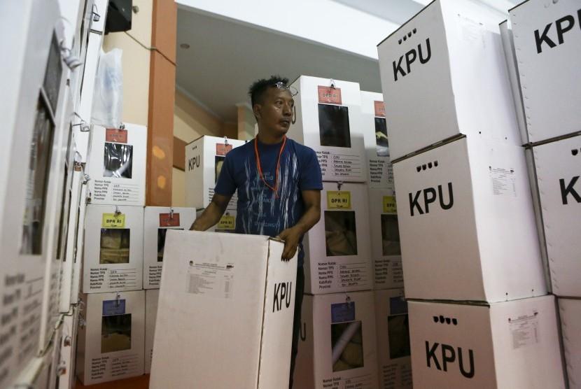 Petugas Panitia Pemilihan Kecamatan (PPK) mengangkut kotak suara yang berisi surat suara hasil Pemilu Serentak 2019 untuk dilakukan rekapitulasi surat suara di tingkat Kecamatan di GOR Mangga Dua Selatan, Sawah Besar, Jakarta Pusat, Jumat (19/4/2019).