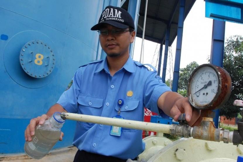 Petugas PDAM memeriksa kadar air di sebuah instalasi