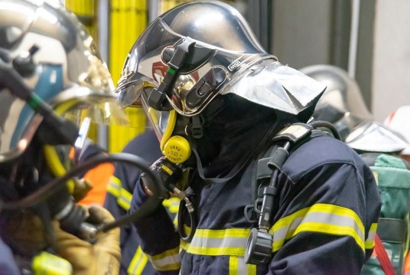 Petugas pemadam kebakaran.