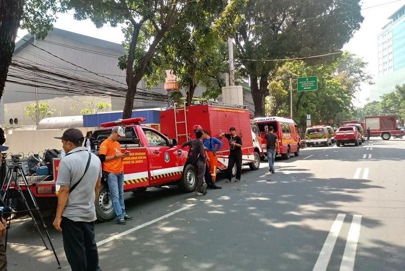 Petugas pemadam kebakaran berusaha memadamkan sisa-sisa kebakaran di Gedung Kementerian Perhubungan di Jakarta, Ahad (8/7).