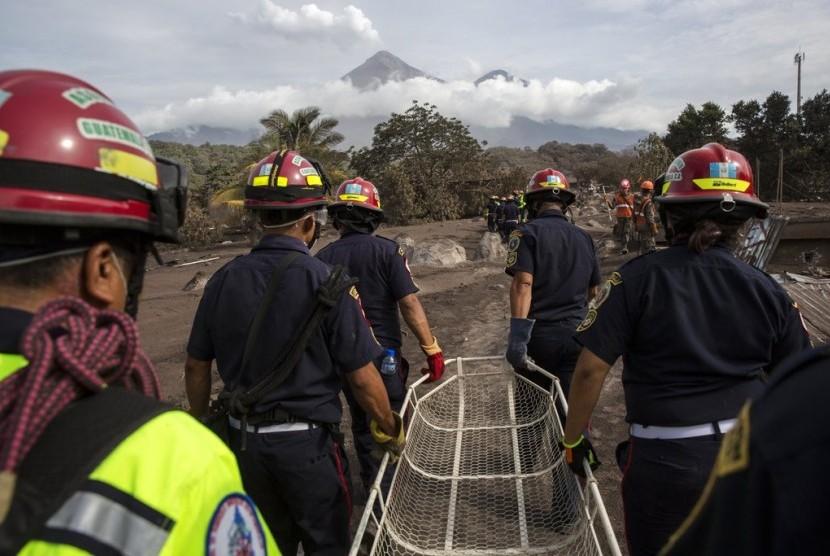 Petugas pemadam kebakaran melakukan aksi penyelamatan akibat erupsi Gunung Fuego di El Rodeo, Guatemala, Rabu (6/6).