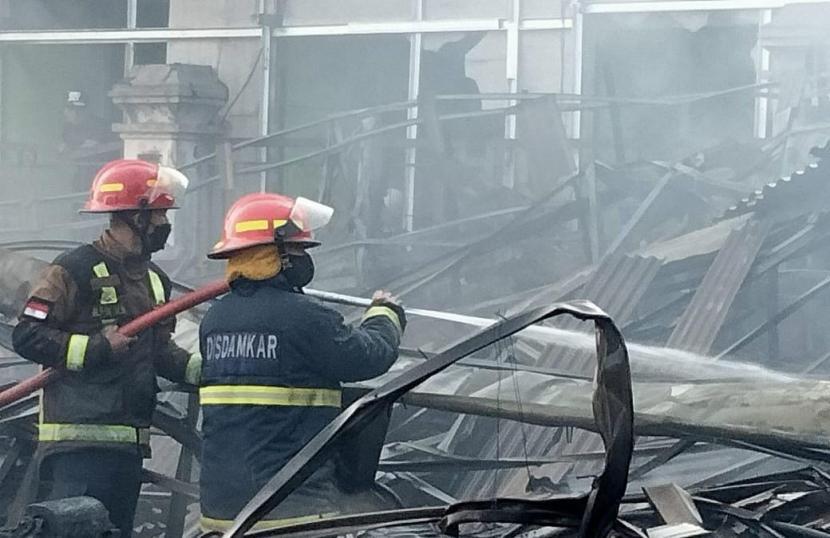 Petugas pemadam kebakaran memadamkam api kebakaran yang melanda Pasar Leles, Kabupaten Garut.