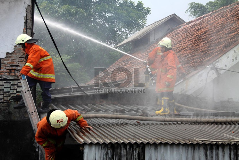 Petugas pemadam kebakaran memadamkan api saat kebakaran yang melanda sebuah rumah. (ilustrasi)