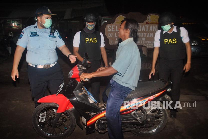 Petugas Pemasyarakatan Rumah Tahanan (Rutan) Gunung Sindur memeriksa kendaraan dan barang bawaan warga saat pemindahan narapidana teroris ke Rutan Negara Gunung Sindur di Kabupaten Bogor, Jawa Barat, Ahad (20/5).