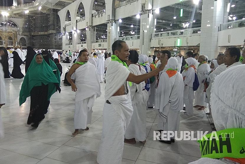 Petugas pembimbing mengatur jamaah calon haji Indonesia yang baru tiba dari Madinah di pelataran Masjid al-Haram sebelum melakukan umrah sebagai bagian dari pelaksanaan haji tamattu