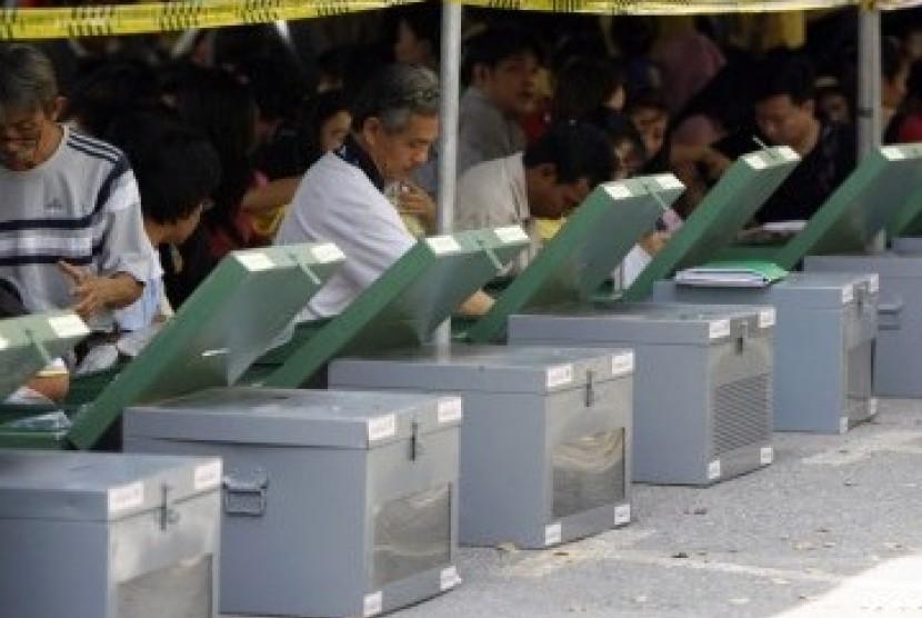 Petugas pemilu Thailand tengah bersiap-siap jelang pemungutan suara.