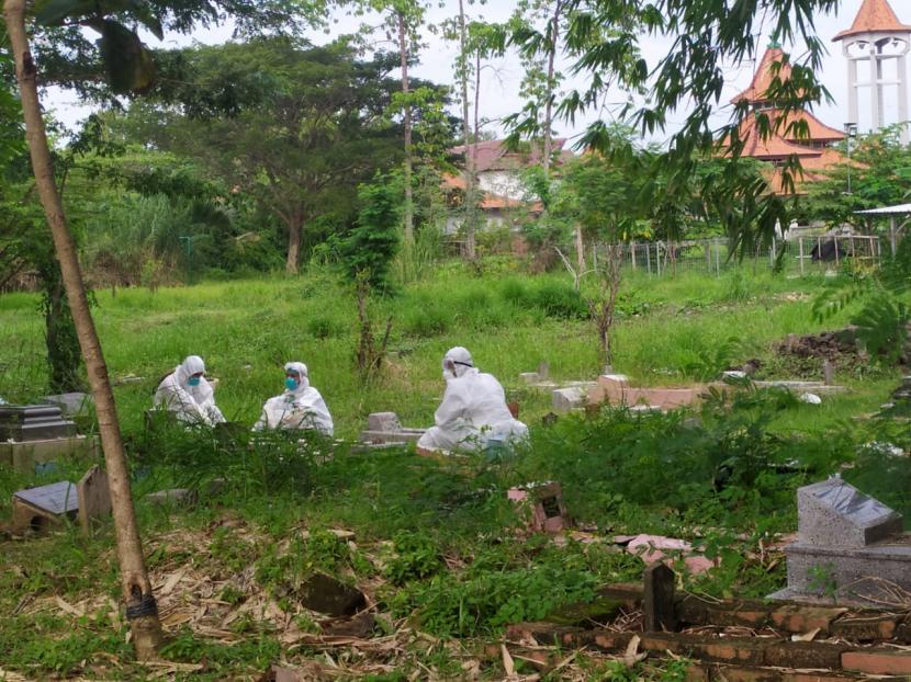Petugas pemulasaraan dan pemakaman jenazah Covid-19 di Kabupaten Indramayu sedang melaksanakan tugasnya. Meski berisiko tinggi, namun honor mereka belum dibayar selama enam bulan terakhir.