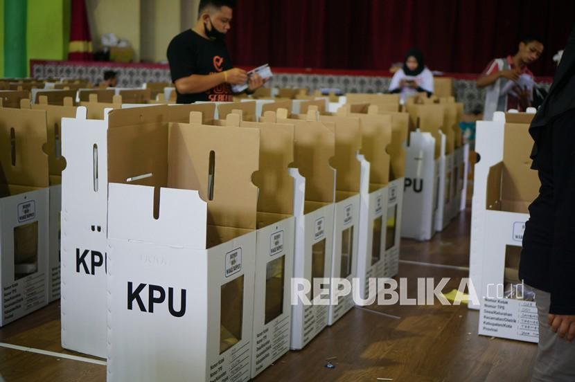 Petugas pemungutan suara mempersiapkan logistik pemungutan suara untuk pilkada serentak  (ilustrasi)